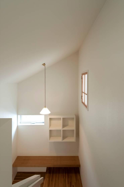階段室 東面をみる: 宇佐美建築設計室が手掛けた廊下 & 玄関です。