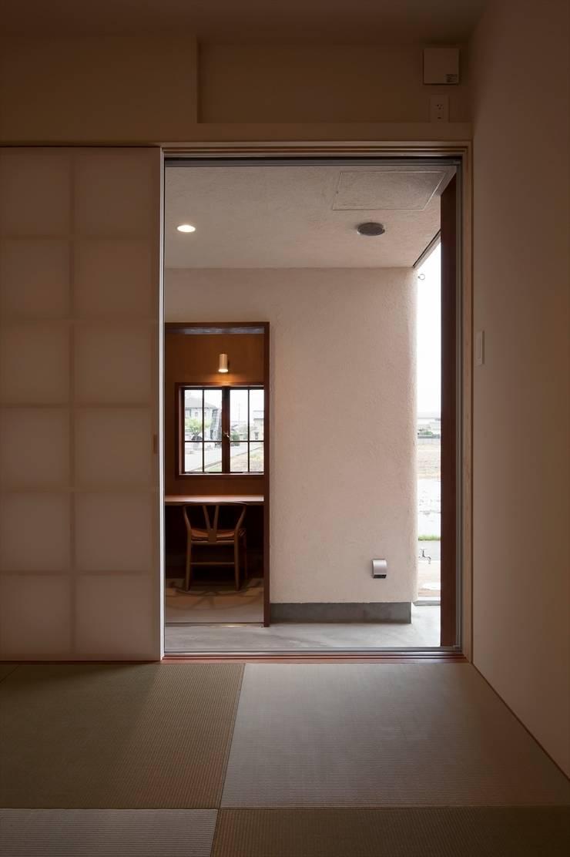 和室 南側をみる: 宇佐美建築設計室が手掛けた書斎です。