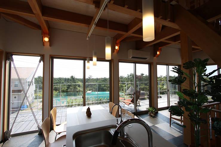 2階リビング・ダイニング・キッチンの開放感: 遠藤浩建築設計事務所 H,ENDOH  ARCHTECT  &  ASSOCIATESが手掛けたダイニングです。