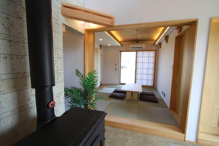 土間より和室を見る: 遠藤浩建築設計事務所 H,ENDOH  ARCHTECT  &  ASSOCIATESが手掛けた寝室です。
