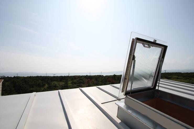屋根からの眺め: 遠藤浩建築設計事務所 H,ENDOH  ARCHTECT  &  ASSOCIATESが手掛けた家です。