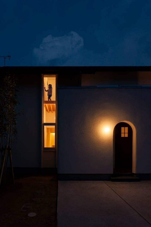 北道路側のファサード2: 宇佐美建築設計室が手掛けた家です。