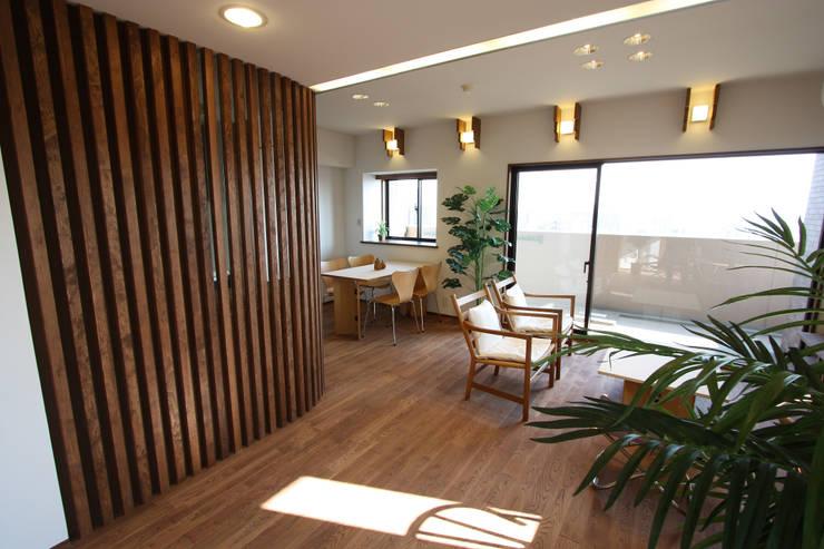 格子越しに微かに厨房が見えます: 遠藤浩建築設計事務所 H,ENDOH  ARCHTECT  &  ASSOCIATESが手掛けたリビングです。