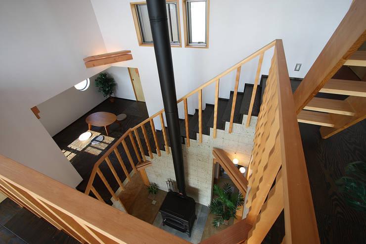 吹抜見下ろし: 遠藤浩建築設計事務所 H,ENDOH  ARCHTECT  &  ASSOCIATESが手掛けた廊下 & 玄関です。