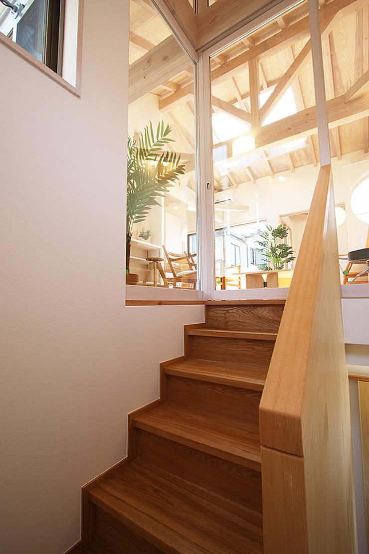 階段より居間を見る: 遠藤浩建築設計事務所 H,ENDOH  ARCHTECT  &  ASSOCIATESが手掛けた廊下 & 玄関です。,