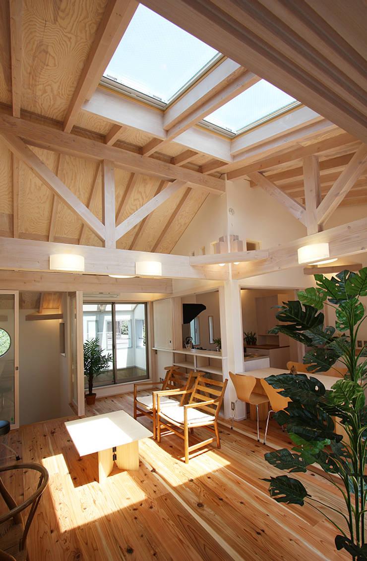 とっても明るい開放的なリビング: 遠藤浩建築設計事務所 H,ENDOH  ARCHTECT  &  ASSOCIATESが手掛けたリビングです。,