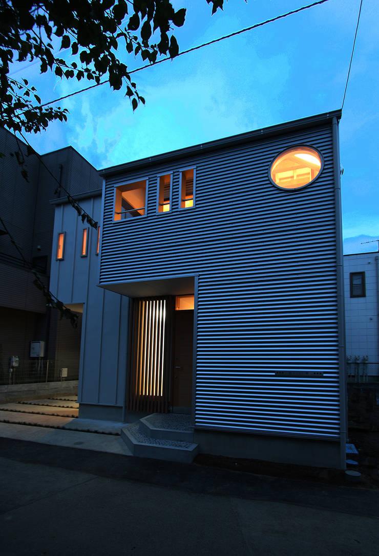 夜景: 遠藤浩建築設計事務所 H,ENDOH  ARCHTECT  &  ASSOCIATESが手掛けた家です。,
