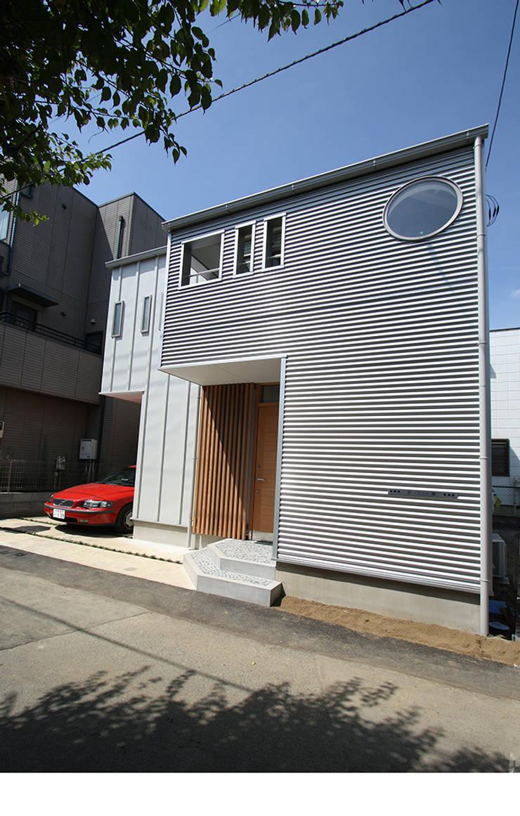 シンプルでエッジの効いた外観: 遠藤浩建築設計事務所 H,ENDOH  ARCHTECT  &  ASSOCIATESが手掛けた家です。,