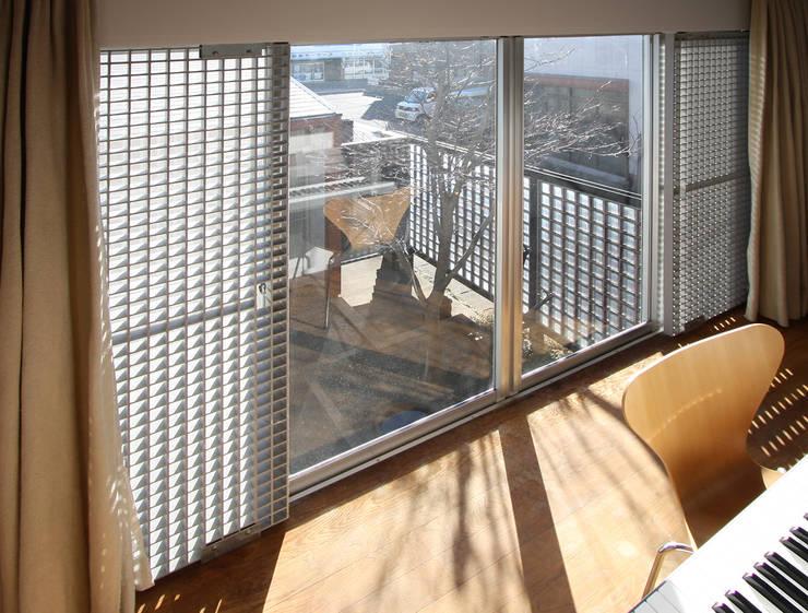 2階子供室: 遠藤浩建築設計事務所 H,ENDOH  ARCHTECT  &  ASSOCIATESが手掛けた子供部屋です。