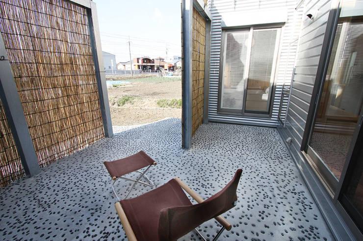 夕涼みの場でもあります: 遠藤浩建築設計事務所 H,ENDOH  ARCHTECT  &  ASSOCIATESが手掛けた庭です。