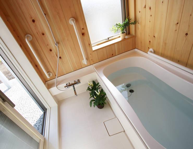 南側に設けた浴室: 遠藤浩建築設計事務所 H,ENDOH  ARCHTECT  &  ASSOCIATESが手掛けた浴室です。,