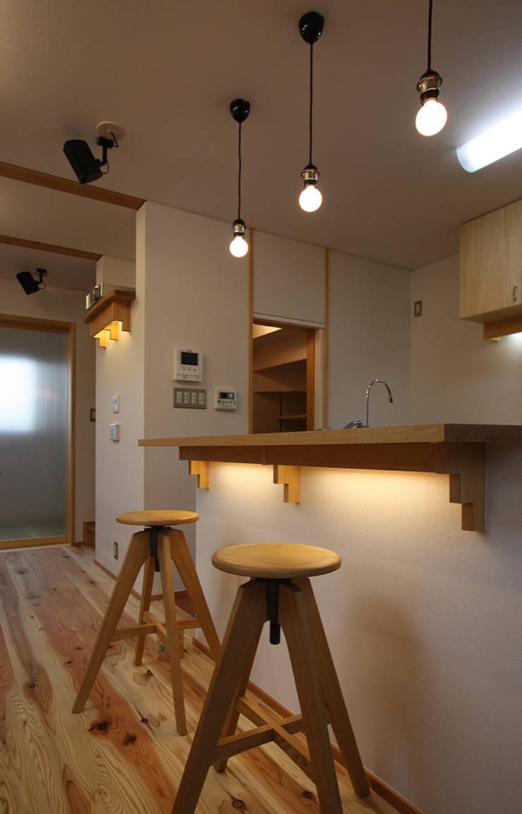 随所に照明を仕込む: 遠藤浩建築設計事務所 H,ENDOH  ARCHTECT  &  ASSOCIATESが手掛けたキッチンです。,