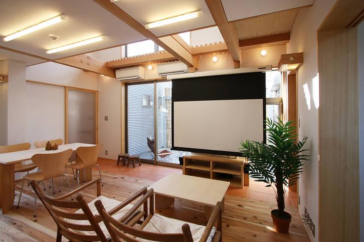 居間: 遠藤浩建築設計事務所 H,ENDOH  ARCHTECT  &  ASSOCIATESが手掛けたリビングです。