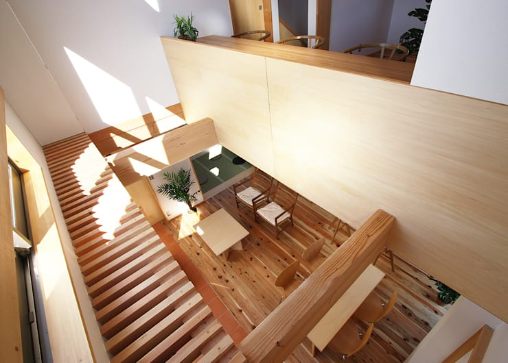 リビング吹抜: 遠藤浩建築設計事務所 H,ENDOH  ARCHTECT  &  ASSOCIATESが手掛けたリビングです。