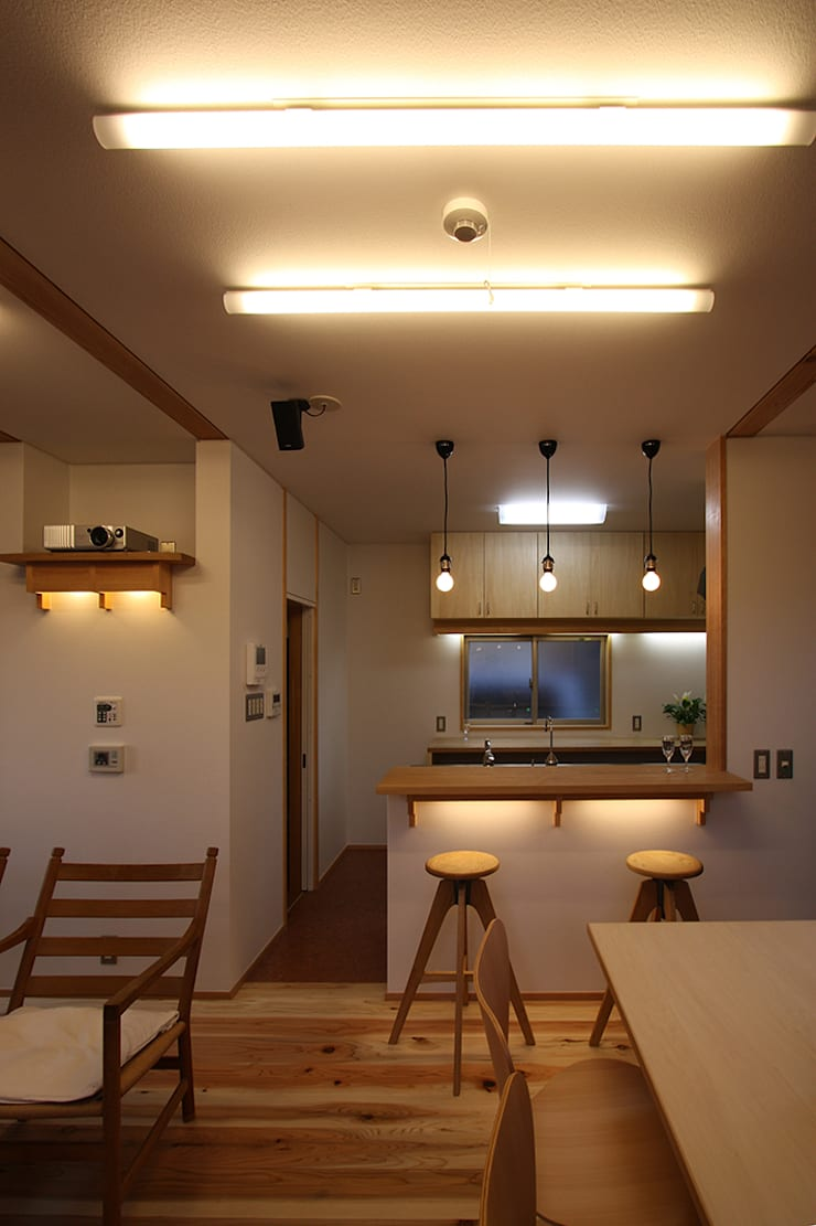 食堂より厨房を見る: 遠藤浩建築設計事務所 H,ENDOH  ARCHTECT  &  ASSOCIATESが手掛けたダイニングです。,