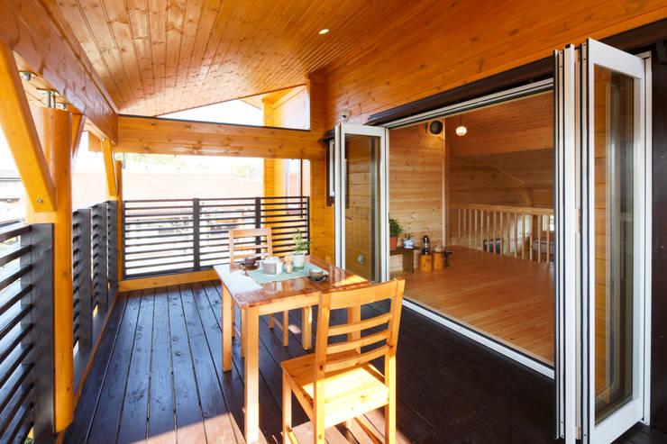 2階屋根付きテラス: 木の家株式会社が手掛けたテラス・ベランダです。