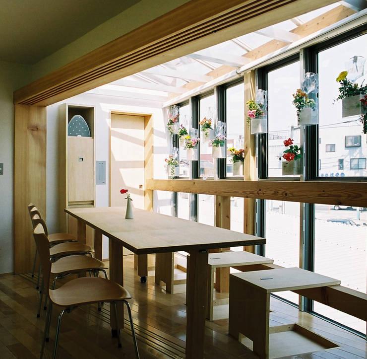 いざという時、多人数で座れるダイニング: 遠藤浩建築設計事務所 H,ENDOH  ARCHTECT  &  ASSOCIATESが手掛けたテラス・ベランダです。