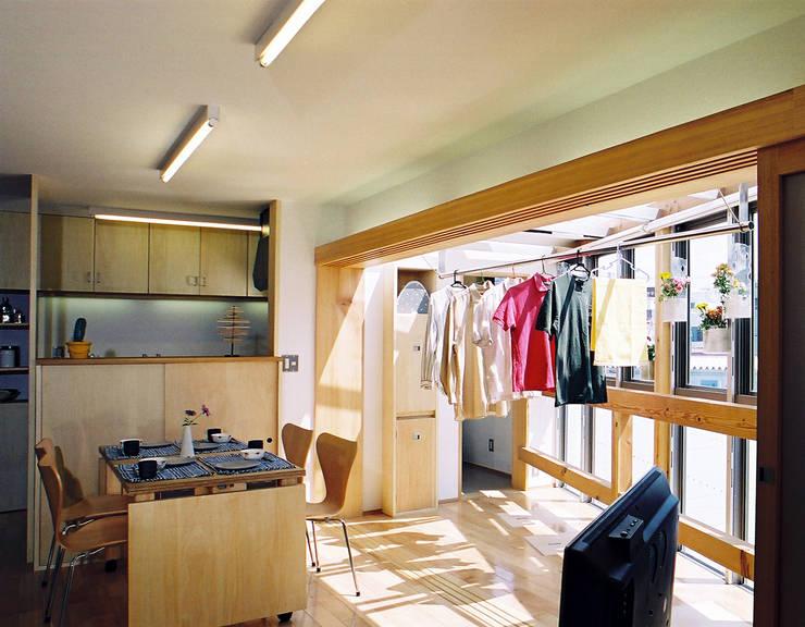 室内干しのできるリビングダイニング: 遠藤浩建築設計事務所 H,ENDOH  ARCHTECT  &  ASSOCIATESが手掛けたダイニングです。