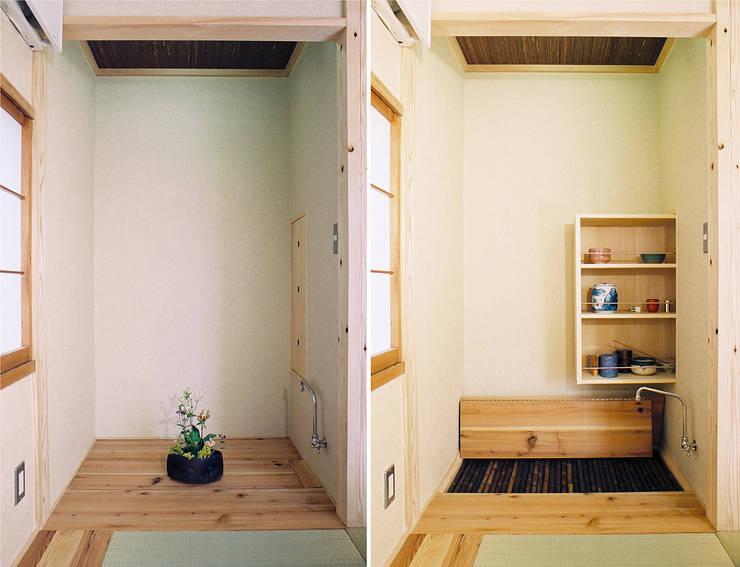 床の間が水屋に早変わり: 遠藤浩建築設計事務所 H,ENDOH  ARCHTECT  &  ASSOCIATESが手掛けた和室です。