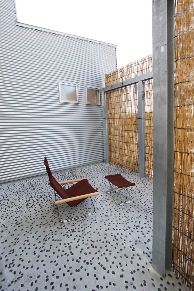 中庭: 遠藤浩建築設計事務所 H,ENDOH  ARCHTECT  &  ASSOCIATESが手掛けた庭です。,