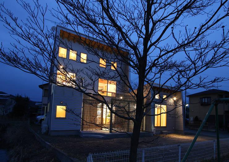 夕暮れどき: 遠藤浩建築設計事務所 H,ENDOH  ARCHTECT  &  ASSOCIATESが手掛けた家です。,