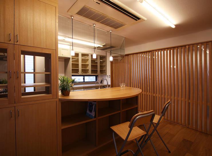 広めの対面カウンター設置のキッチン: 遠藤浩建築設計事務所 H,ENDOH  ARCHTECT  &  ASSOCIATESが手掛けたキッチンです。