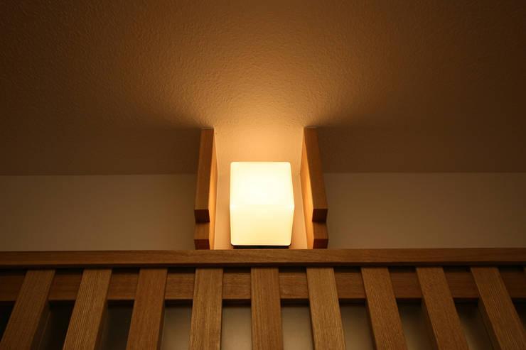 アクセント照明: 遠藤浩建築設計事務所 H,ENDOH  ARCHTECT  &  ASSOCIATESが手掛けたリビングルームです。