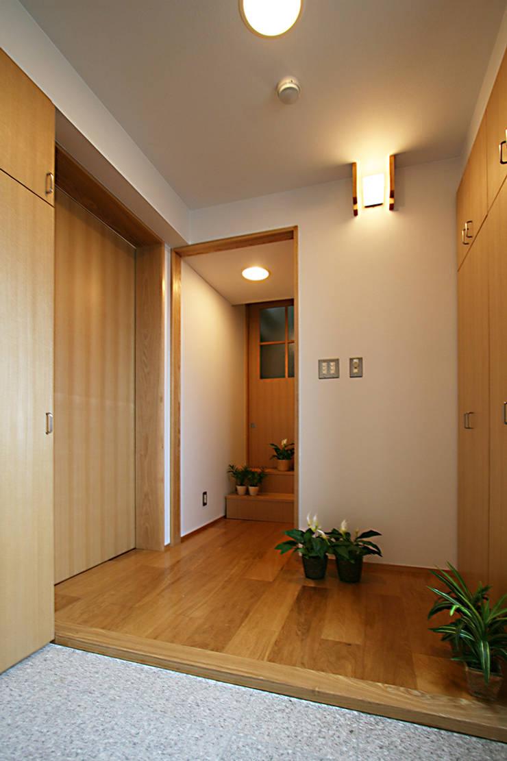 玄関: 遠藤浩建築設計事務所 H,ENDOH  ARCHTECT  &  ASSOCIATESが手掛けた廊下 & 玄関です。