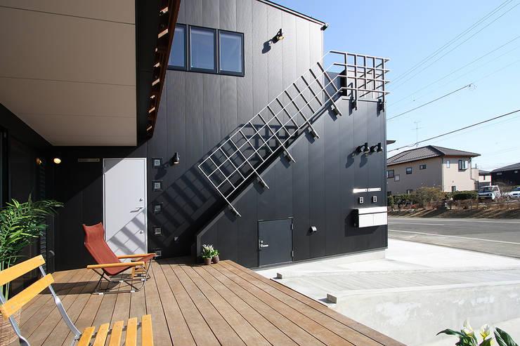 外部階段: 遠藤浩建築設計事務所 H,ENDOH  ARCHTECT  &  ASSOCIATESが手掛けた家です。