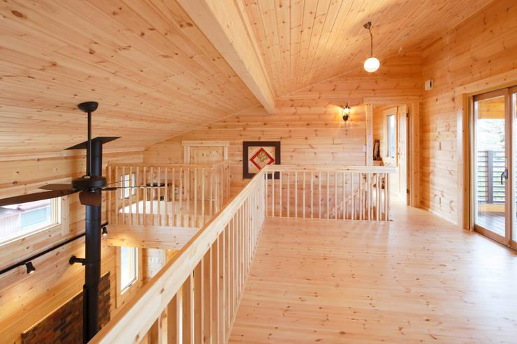 2階ファミリールーム: 木の家株式会社が手掛けたリビングです。