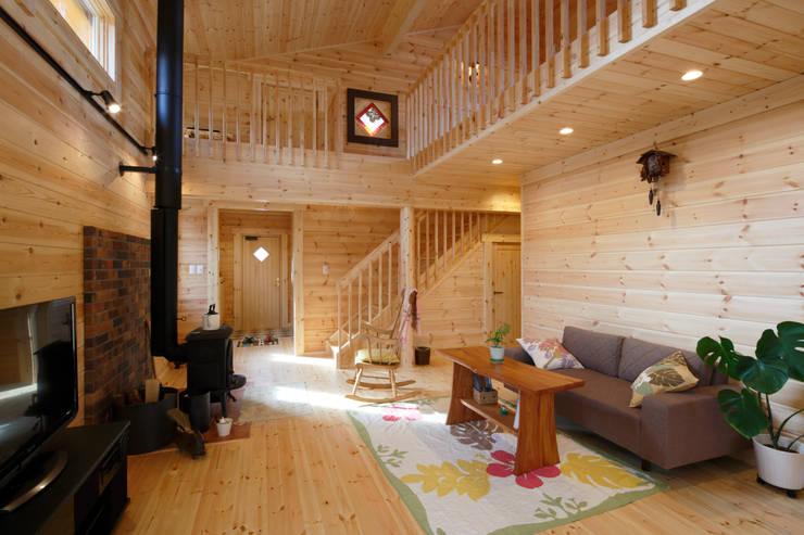 1階リビングルーム: 木の家株式会社が手掛けたリビングです。