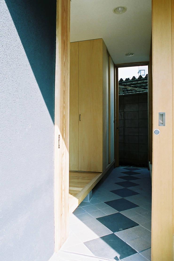 通り土間: 遠藤浩建築設計事務所 H,ENDOH  ARCHTECT  &  ASSOCIATESが手掛けた廊下 & 玄関です。