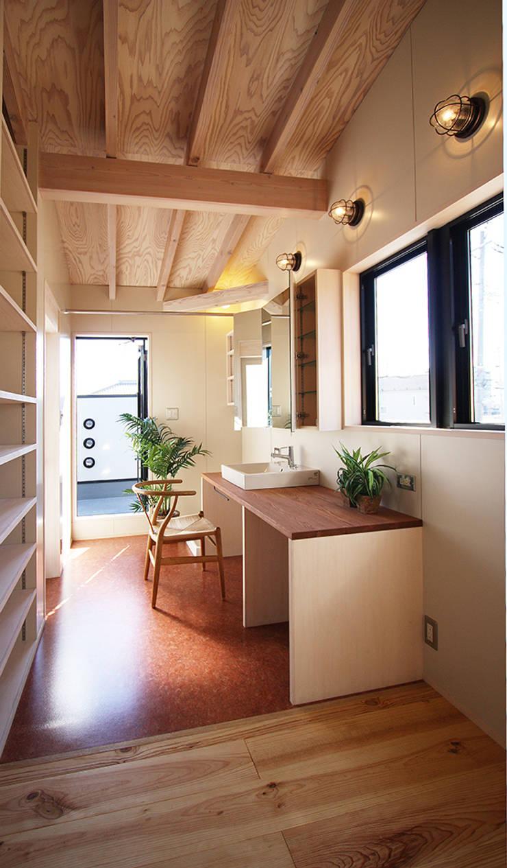 広々洗面脱衣室: 遠藤浩建築設計事務所 H,ENDOH  ARCHTECT  &  ASSOCIATESが手掛けた浴室です。