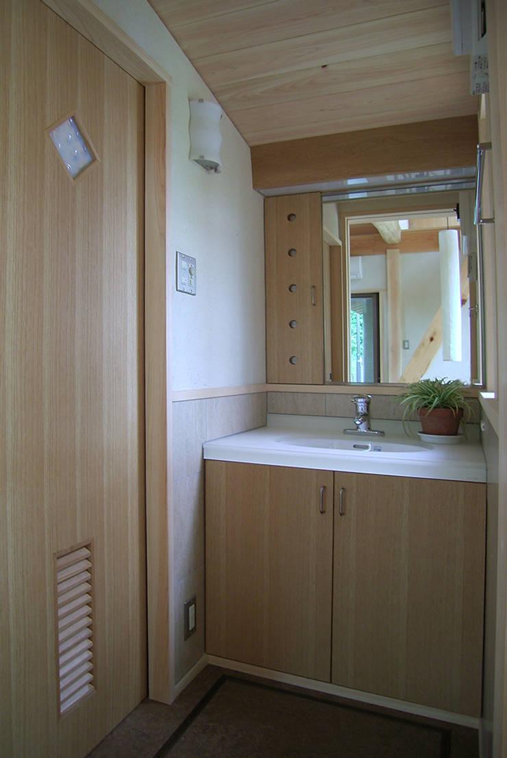 こじんまりとした洗面室: 遠藤浩建築設計事務所 H,ENDOH  ARCHTECT  &  ASSOCIATESが手掛けた浴室です。