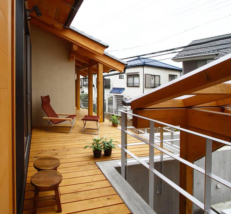 ウッドデッキ: 遠藤浩建築設計事務所 H,ENDOH  ARCHTECT  &  ASSOCIATESが手掛けたベランダです。