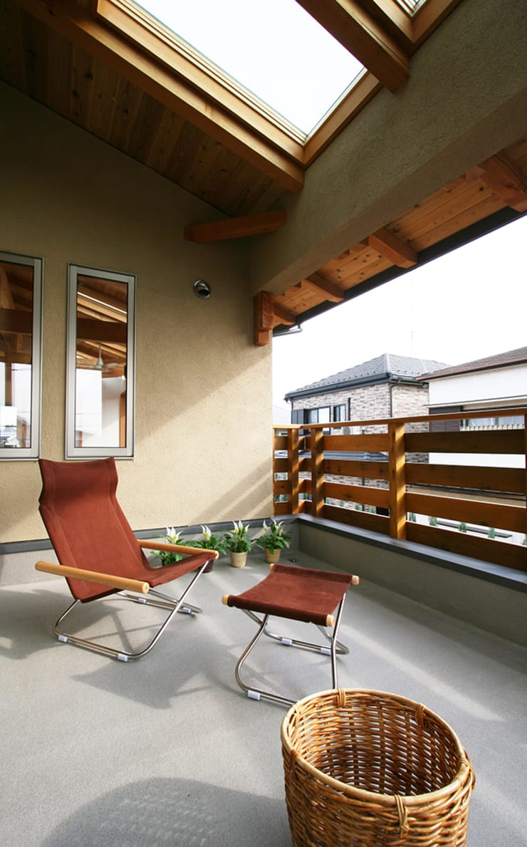 広々インナーバルコニー: 遠藤浩建築設計事務所 H,ENDOH  ARCHTECT  &  ASSOCIATESが手掛けたテラス・ベランダです。,