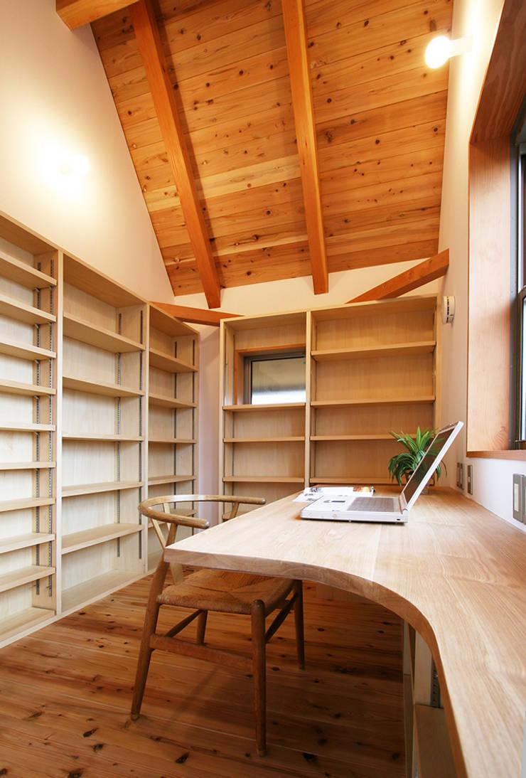 大容量の本棚のある書斎: 遠藤浩建築設計事務所 H,ENDOH  ARCHTECT  &  ASSOCIATESが手掛けた書斎です。,