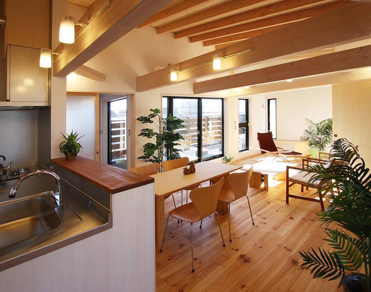2階子世帯: 遠藤浩建築設計事務所 H,ENDOH  ARCHTECT  &  ASSOCIATESが手掛けたリビングです。
