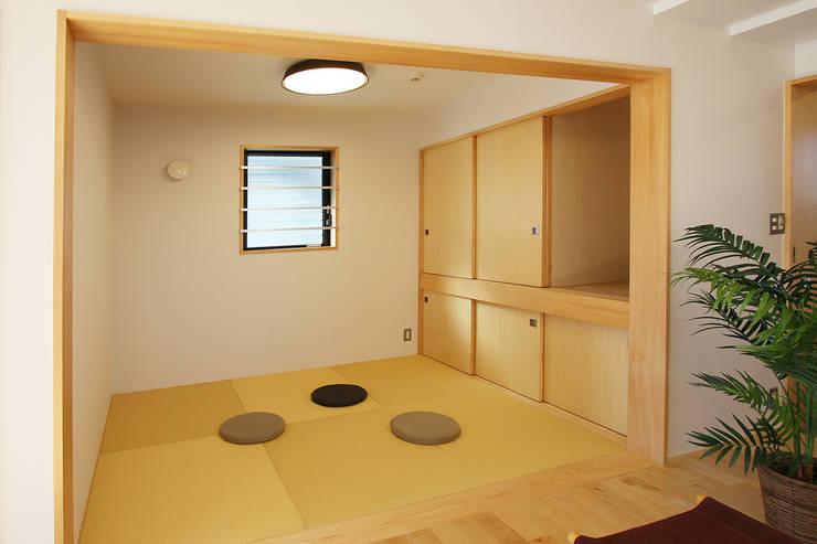 タタミの間: 遠藤浩建築設計事務所 H,ENDOH  ARCHTECT  &  ASSOCIATESが手掛けた和室です。
