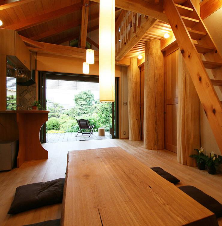 リビング: 遠藤浩建築設計事務所 H,ENDOH  ARCHTECT  &  ASSOCIATESが手掛けたリビングです。