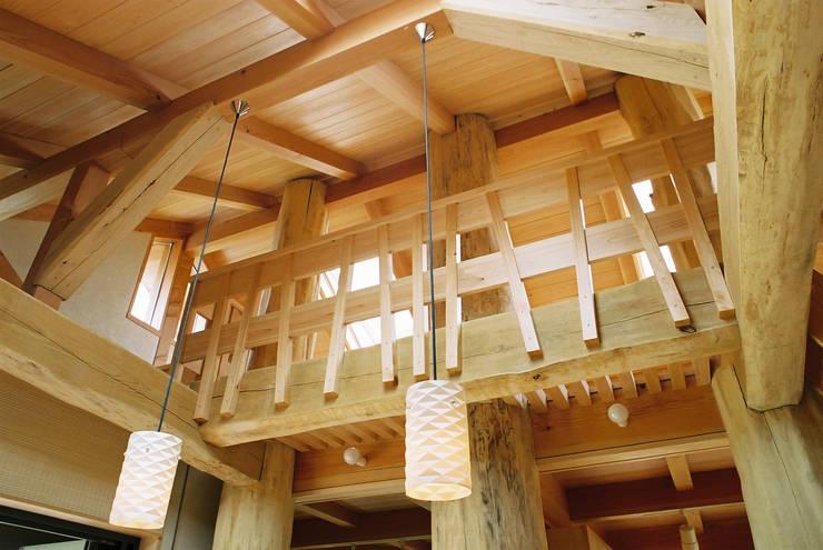 リビング見上げ: 遠藤浩建築設計事務所 H,ENDOH  ARCHTECT  &  ASSOCIATESが手掛けた和室です。
