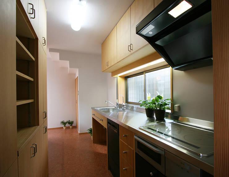 大工さんの造ったオーダメイドキッチン: 遠藤浩建築設計事務所 H,ENDOH  ARCHTECT  &  ASSOCIATESが手掛けたキッチンです。,