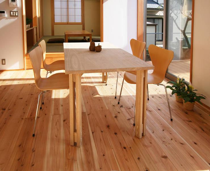 テーブル: 遠藤浩建築設計事務所 H,ENDOH  ARCHTECT  &  ASSOCIATESが手掛けたダイニングルームです。,