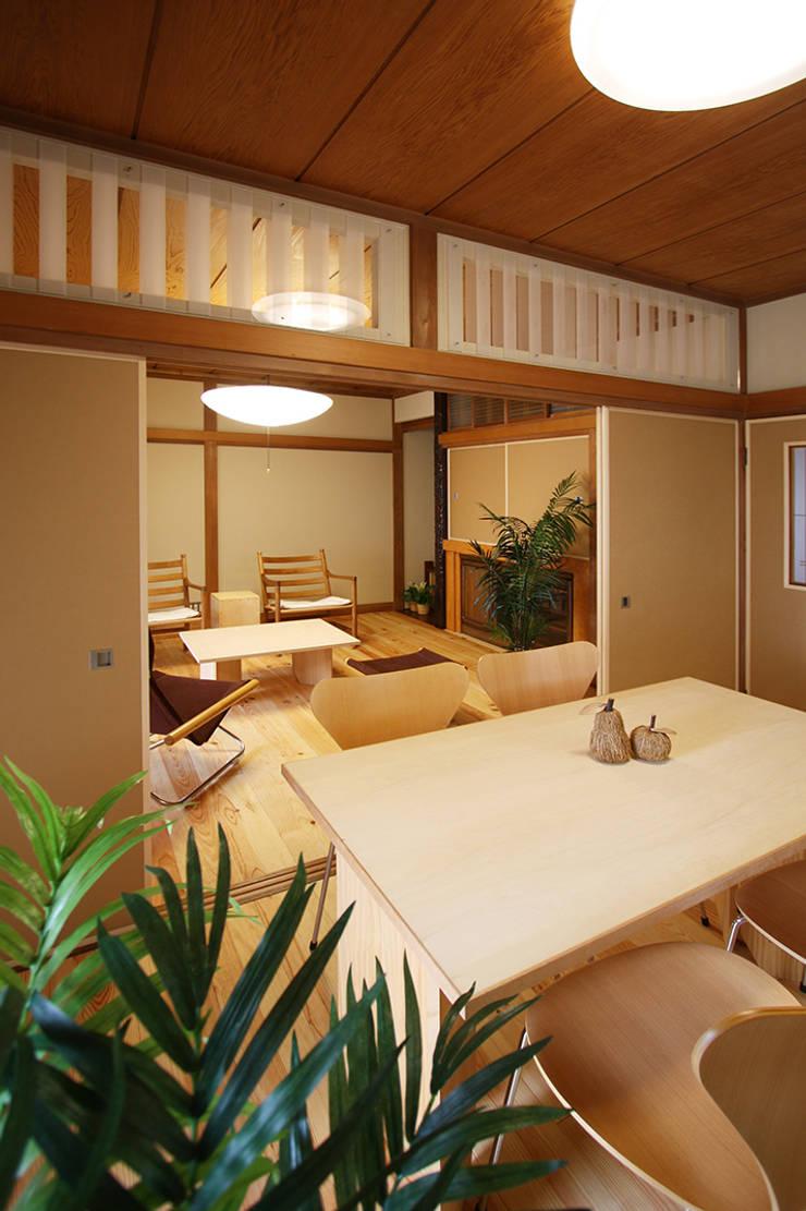 座布団の生活から椅子のモダンな生活に変わった二間: 遠藤浩建築設計事務所 H,ENDOH  ARCHTECT  &  ASSOCIATESが手掛けたダイニングです。