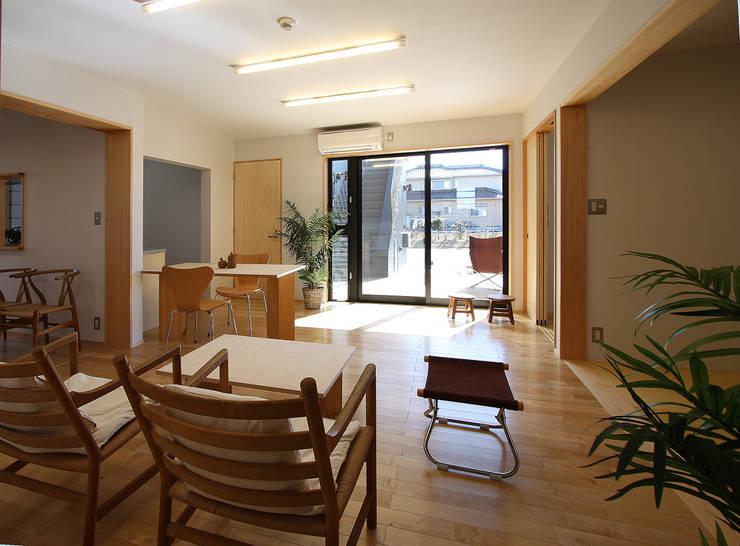1階親世帯: 遠藤浩建築設計事務所 H,ENDOH  ARCHTECT  &  ASSOCIATESが手掛けたリビングです。