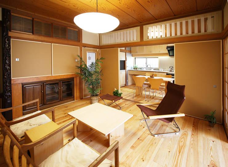 二間続きの和室がモダンにシンプルになったリビングダイニングキッチン: 遠藤浩建築設計事務所 H,ENDOH  ARCHTECT  &  ASSOCIATESが手掛けたリビングです。