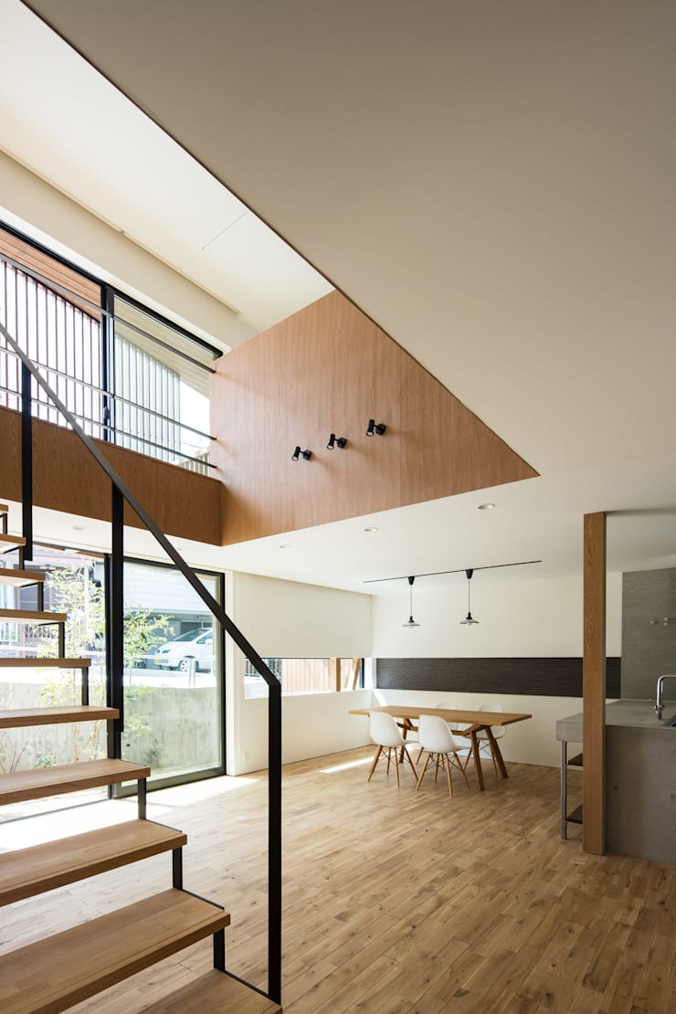 House of Yabugaoka: flame-planningoffice / 一級建築士事務所フレイムが手掛けたリビングです。,モダン