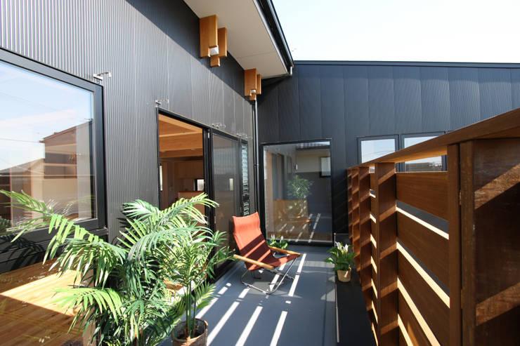 2階バルコニー: 遠藤浩建築設計事務所 H,ENDOH  ARCHTECT  &  ASSOCIATESが手掛けたテラス・ベランダです。