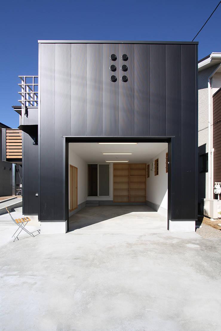 ガレージ: 遠藤浩建築設計事務所 H,ENDOH  ARCHTECT  &  ASSOCIATESが手掛けたガレージです。