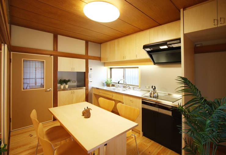 畳だった和室が和モダンに変わったダイニングキッチン: 遠藤浩建築設計事務所 H,ENDOH  ARCHTECT  &  ASSOCIATESが手掛けたダイニングです。